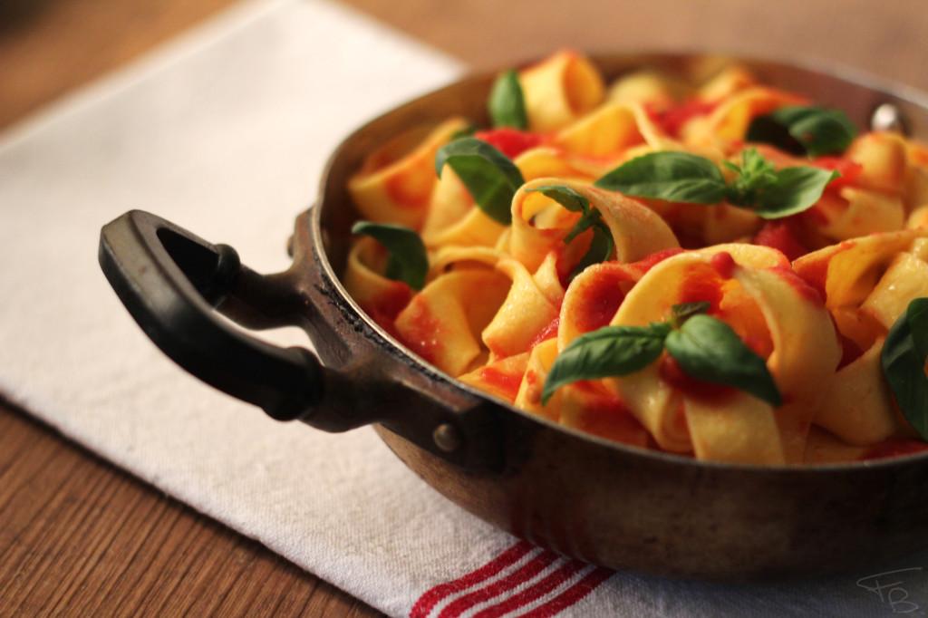 Pappardelle al sugo di pomodoro e basilico fotografate durante il workshop di food photography tenuto a Padova