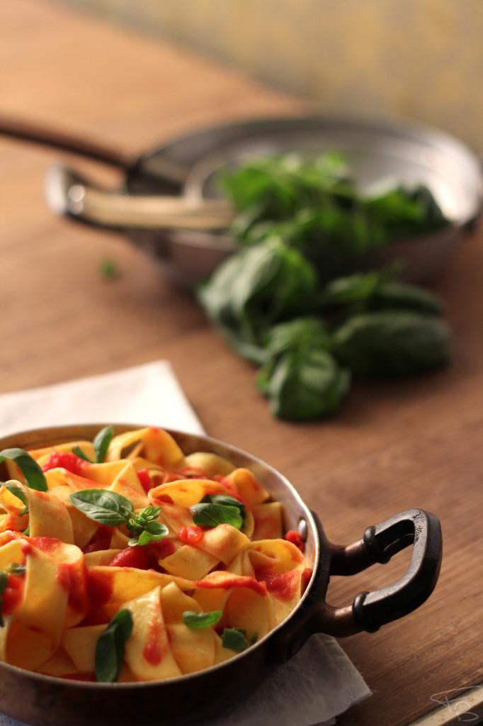 Pappardelle al sugo di pomodoro e basilico fotografate durante il workshop di food photography tenuto da Rocco Paladino e Barbara Torresan