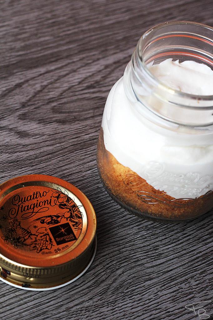 Ricetta della Cheesecake al caramello salato: nel barattolo i biscotti e la crema