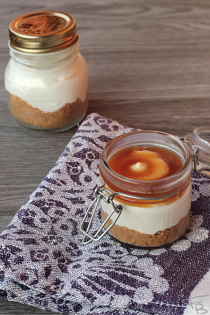 Cheesecake al caramello salato in due piccoli barattoli