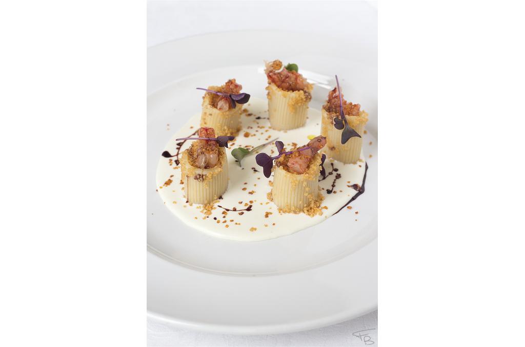 ristorante la piazzetta - Primo dello Chef:Mezzi paccheri ripieni di cous cous, burrata, gamberi rossi e cous cous croccante