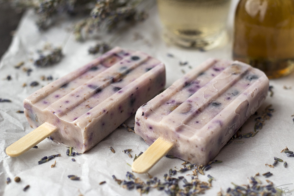 Popsicles close up con mirtilli e fiori di lavanda essiccati