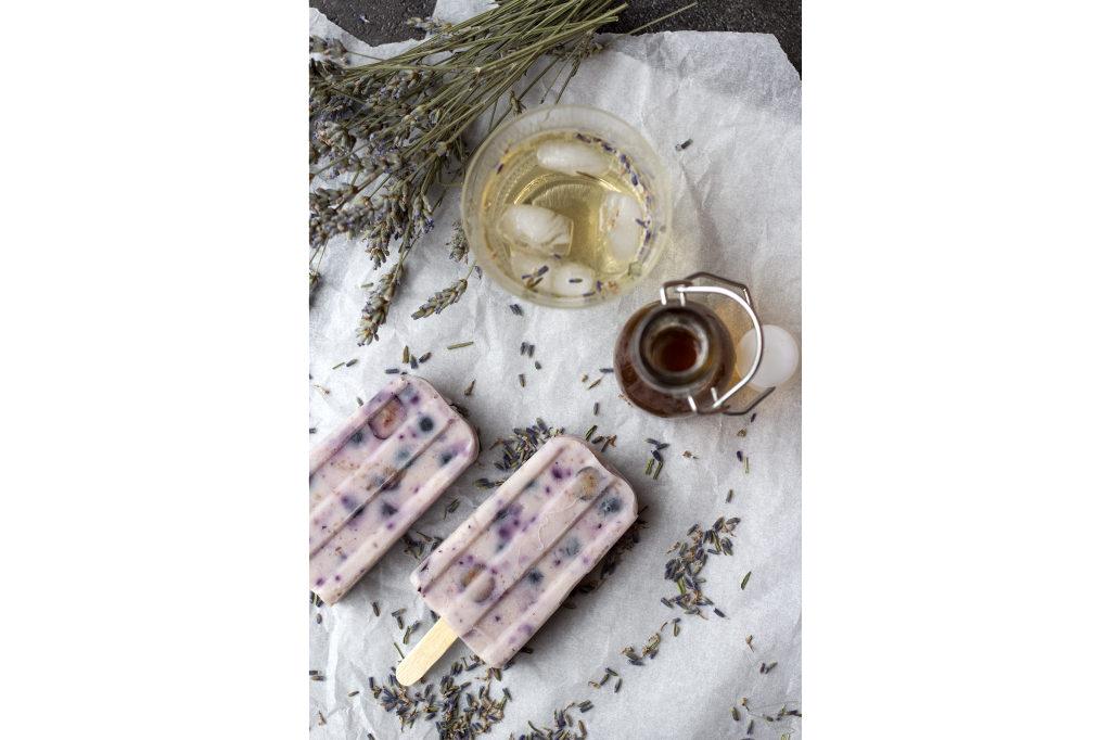 Popsicles fiori di lavanda mirtilli e yogurt