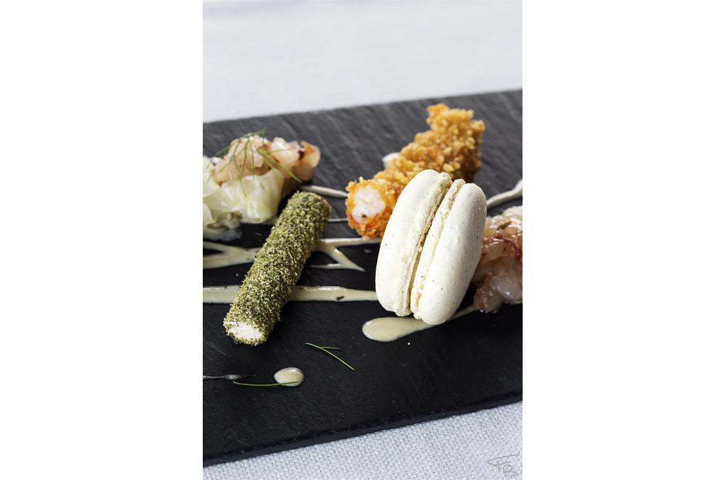 ristorante acquamatta, antipasto di pesce, macaron al pepe nero, gambero in tempura e surimi alle erbe, piatto ideato e creato dal giovanissimo chef Matteo Monfrinotto.
