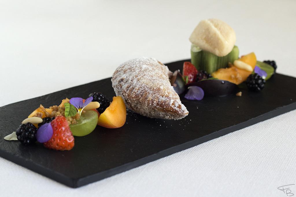 Ristorante Acquamatta: Panzerotto ripieno di crema e cioccolato con frutta fresca e sorbetto al mojito, piatto ideato e creato dal giovanissimo chef Matteo Monfrinotto.
