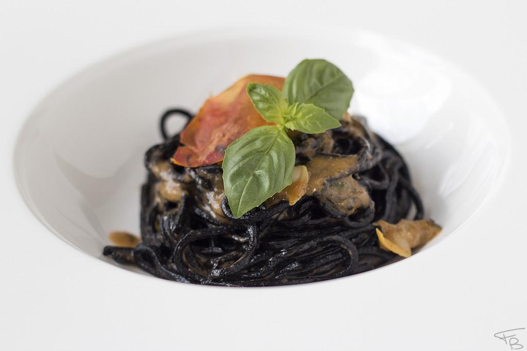 ristorante la piazzetta - Tagliolini al nero, acqua di pomodoro, vongole e basilico