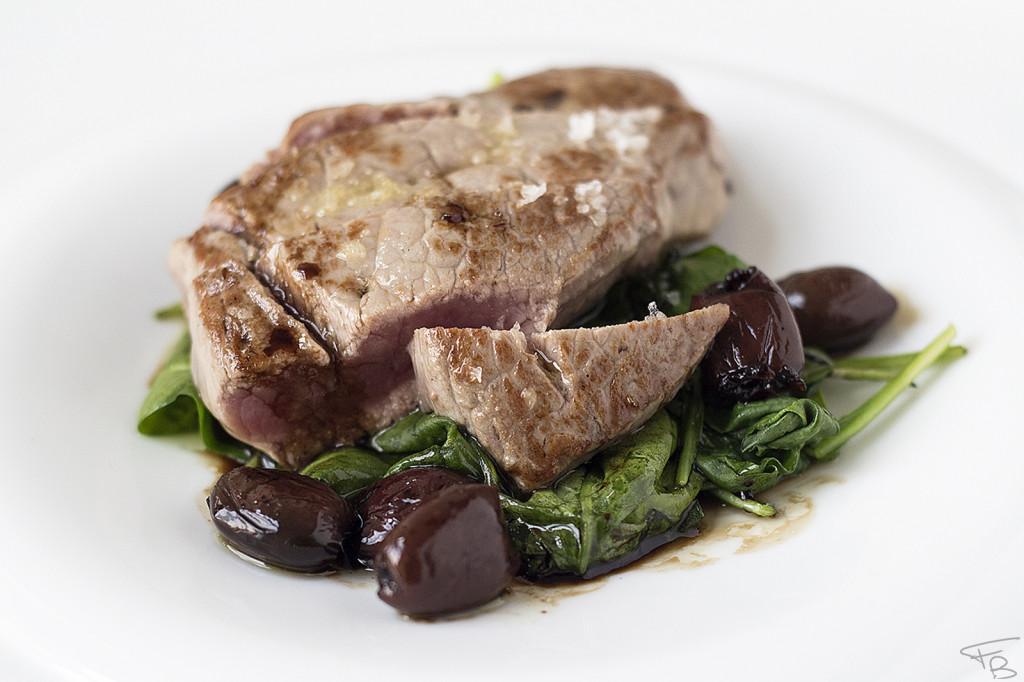 ristorante la piazzetta - Entrecôte di Scottona, spinacini, salsa al balsamico e olive taggiasche