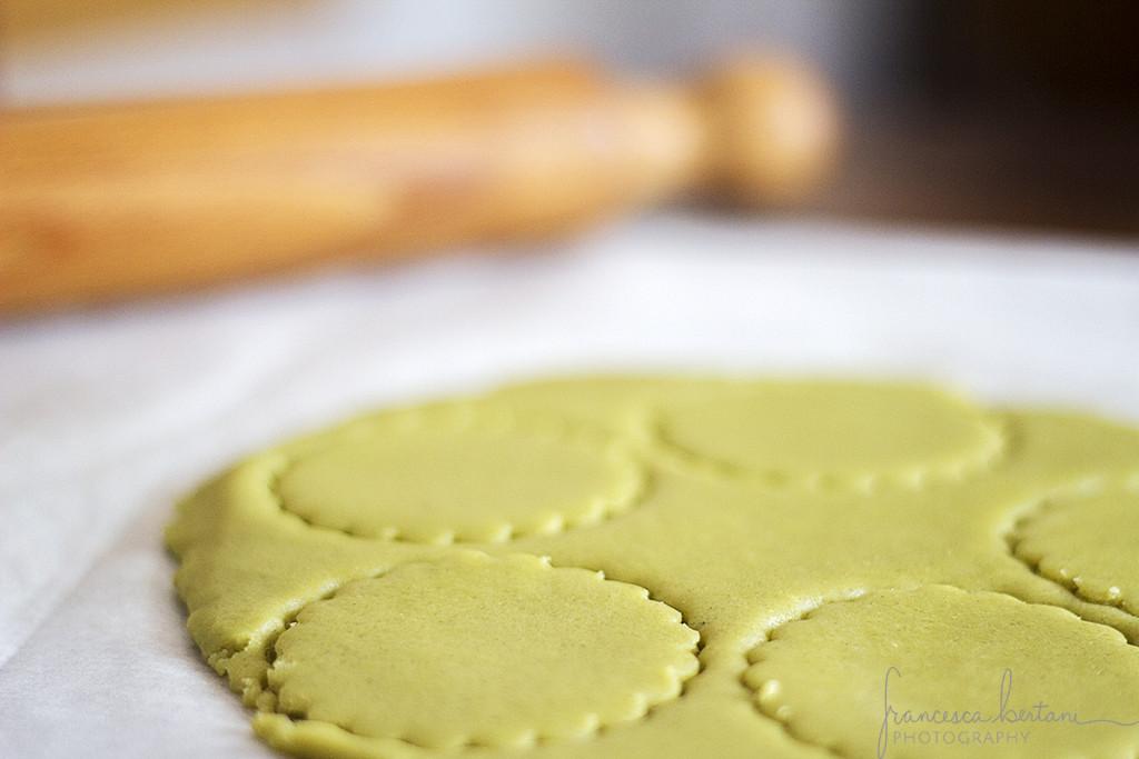 stendete la pasta frolla al tè matcha a circa 0,5 cm di spessore