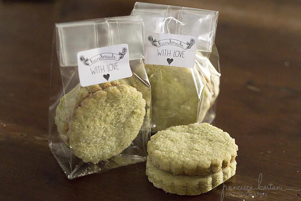 biscotti al tè matcha impacchettati e usati come piccoli regalini