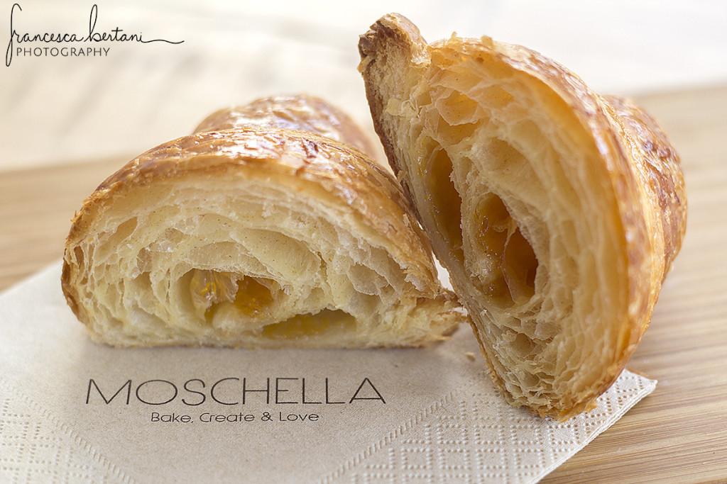 Croissant appena sfornato di Moschella preparato con lievito madre e ripieno di marmellata di albicocche