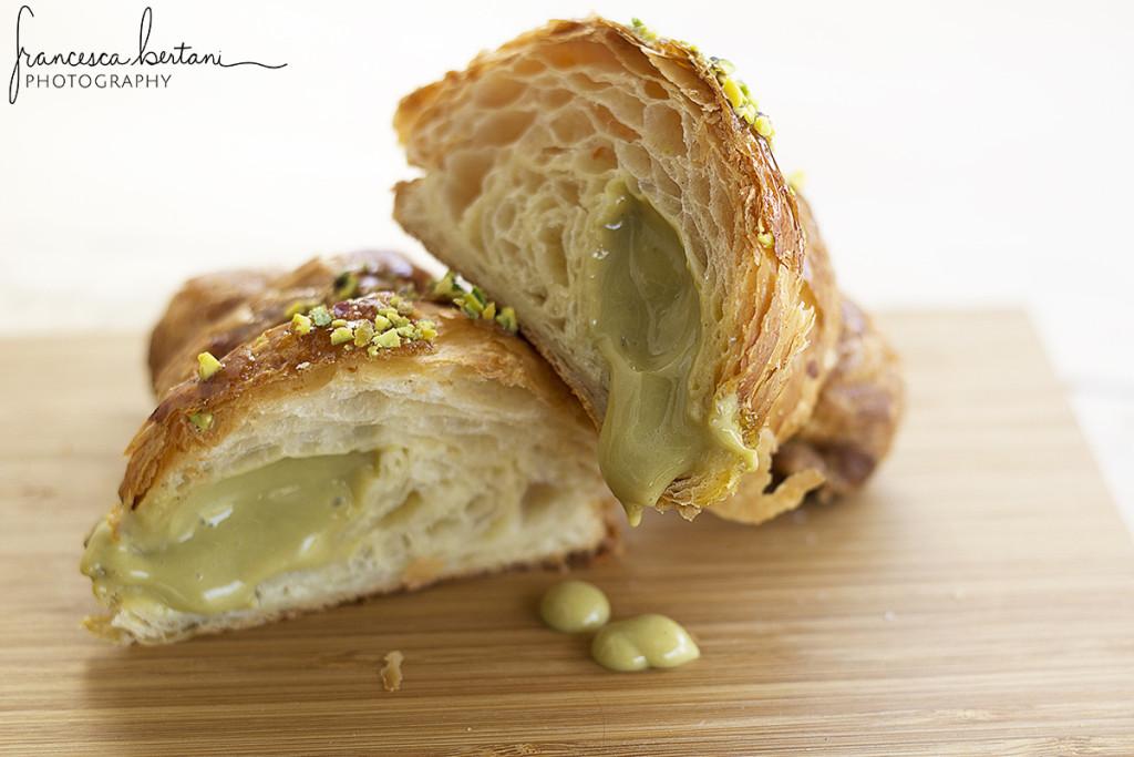 Croissant appena sfornato di Moschella preparato con lievito madre e ripieno di crema al pistacchio
